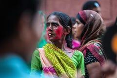 Stående av den indiska kvinnan i folkmassan Fotografering för Bildbyråer