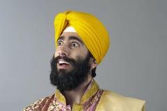 Stående av den indiska sikhmannen med det buskiga skägget Royaltyfria Bilder