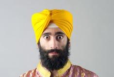Stående av den indiska sikhmannen med det buskiga skägget Royaltyfri Fotografi