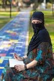 Stående av den intellektuella östliga kvinnan i traditionella kläder Royaltyfria Foton