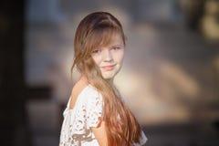 Stående av den judiska flickan i en vit klänning Arkivfoton