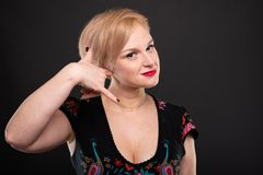 Stående av den kalla trendiga kvinnan som poserar danande som kallar gest Arkivfoton