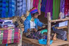 Stående av den Kayan stamkvinnan i Myanmar Fotografering för Bildbyråer