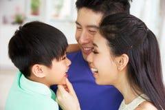 Stående av den kinesiska familjen tillsammans Royaltyfria Bilder