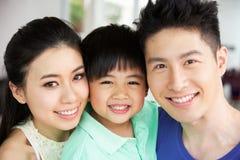 Stående av den kinesiska familjen tillsammans hemma Royaltyfri Foto