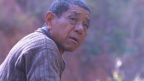 Stående av den kinesiska gamala mannen yunnan Kina arkivbild