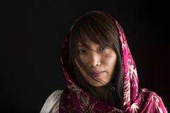 Stående av den koreanska kvinnan med halsduken Arkivbild