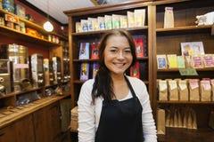 Stående av den kvinnliga affärsbiträdet som ler i coffee shop royaltyfria bilder