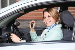 Stående av den kvinnliga chauffören med den nyckel- bilen Royaltyfria Bilder