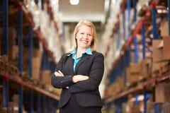 Stående av den kvinnliga chefen In Warehouse Arkivfoton