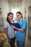 Stående av den kvinnliga doktorn och patienten i korridor fotografering för bildbyråer