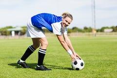 Stående av den kvinnliga fotbollsspelaren som håller en boll arkivfoto