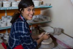 Stående av den kvinnliga keramikern som gjuter en lera Royaltyfri Foto