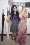 Stående av den kvinnliga modeformgivaren With Dummy Arkivbild