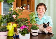 Stående av den kvinnliga pensionären med dekorativa växter Royaltyfria Foton