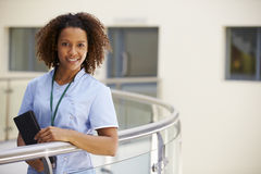 Stående av den kvinnliga sjuksköterskan With Digital Tablet i sjukhus royaltyfri foto