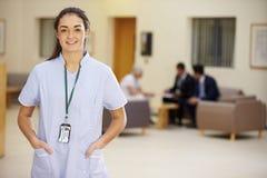 Stående av den kvinnliga sjuksköterskan In Hospital Reception arkivbild