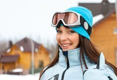 Stående av den kvinnliga skidåkaren som tummar upp Fotografering för Bildbyråer