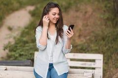 Stående av den kvinnliga universitetsstudenten Outdoors On Campus arkivfoto