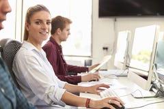 Stående av den kvinnliga universitetsstudenten Using Online Resources royaltyfri foto