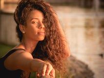 Stående av den Latina kvinnan med hennes hår över hennes framsida Fotografering för Bildbyråer