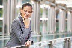 Stående av den latinamerikanska affärskvinnan utanför kontor Arkivbild