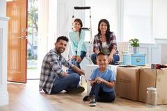 Stående av den latinamerikanska familjflyttningen in i nytt hem royaltyfria foton