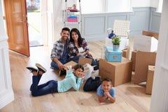Stående av den latinamerikanska familjflyttningen in i nytt hem royaltyfri fotografi
