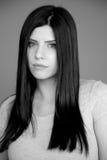 Stående av den ledsna allvarliga kvinnan med långt svart hår i studio Royaltyfria Foton
