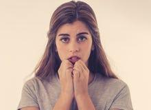 Stående av den ledsna deprimerade kvinnan i chock som mottar dåliga nyheter Mänskliga uttryck och sinnesrörelser royaltyfria foton
