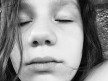 Stående av den ledsna flickan i svart & vit royaltyfri foto