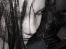 Stående av den ledsna flickan i svart & vit royaltyfri bild