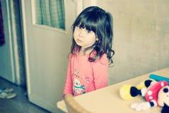 Stående av den ledsna lilla flickan Arkivfoton