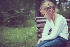 Stående av den ledsna liten flicka royaltyfri fotografi