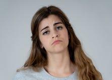 Stående av den ledsna och deprimerade kvinnan Isolerat i vitbakgrund Mänskliga uttryck och sinnesrörelser fotografering för bildbyråer