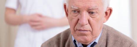 Stående av den ledsna pensionären Arkivbild
