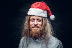 Stående av den ledsna skäggiga mannen i hatt för santa ` s Fotografering för Bildbyråer