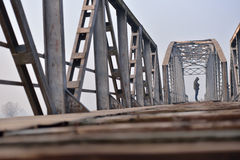 Stående av den ledsna tonåringen i fördjupningssammanträde på bron på Arkivbild