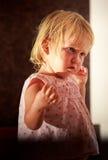 stående av den lilla blonda flickan i rosa färger under solljus Royaltyfria Foton