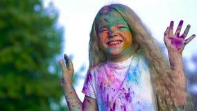 Stående av den lilla blonda flickan som anfallas med heligt pulver arkivfilmer