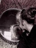 Stående av den lilla damen på den antika spegeln Royaltyfri Foto