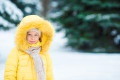 Stående av den lilla förtjusande flickan med härliga gröna ögon i solig vinterdag för snö arkivbilder