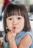 Stående av den lilla gulliga asiatiska flickan Arkivfoton