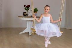 Stående av den lilla gulliga ballerina på gunga Royaltyfria Bilder