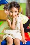 Stående av den lilla gulliga latinska flickan i daycare arkivfoton