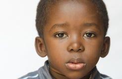 Stående av den lilla ilskna och ledsna afrikanska etnicitetpojken royaltyfria foton
