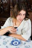 Stående av den lugna flickan med kaffekoppen Arkivfoto