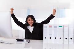 Stående av den lyckliga affärskvinnan Arkivfoto