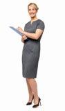 Stående av den lyckliga affärskvinnan Holding Clipboard Fotografering för Bildbyråer