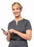 Stående av den lyckliga affärskvinnan Using Smart Phone Arkivbild